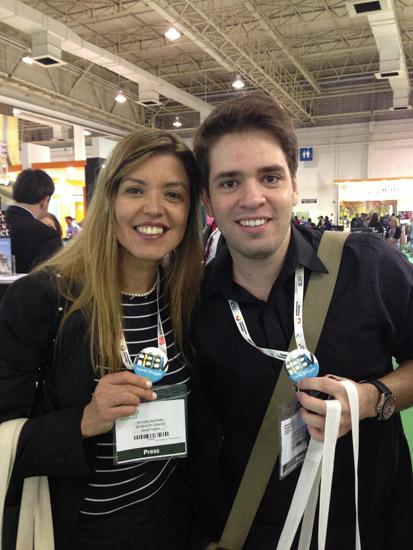 Claudia Saleh e Thiago Khoury mostrando os buttons da RBBV