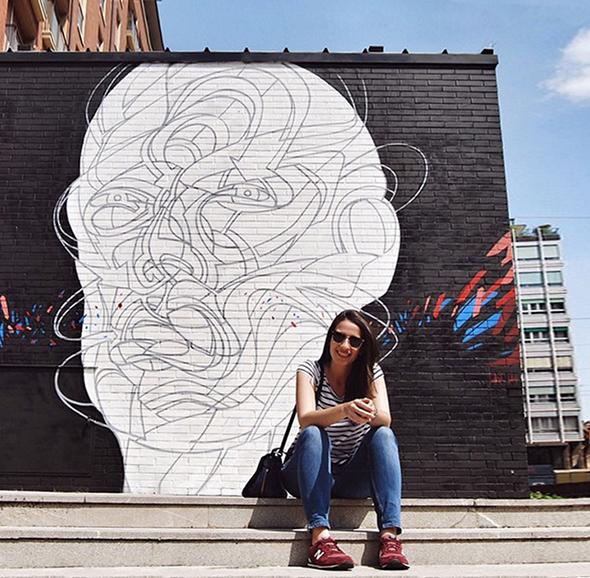 Carol do blog Vontade de Viajar curtindo street art em Bolonha
